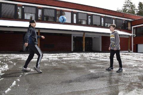 Brødrene Saeed og Ahmad fra Syria spiller på HBK G15. Det blir mye fotballspilling i friminuttene også. De aktive og utadvendte guttene forteller at de ble tatt imot med åpne armer i fotballklubben, selv om de ikke hadde lært seg norsk enda. Dermed kommuniserte de på engelsk.