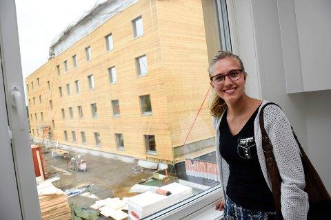 – Det blir praktisk å bo så nært skolen og herlig å få eget bad, sier jusstudent Mari Trolldalen fra Oslo. I august flytter hun inn i den ene av to nye studentboligblokker rett utenfor høyskolen i Dalsbråten.