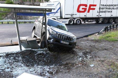 To biler og et busskur kom til skade i et trafikkuhell på Rv.7 ved Veme.
