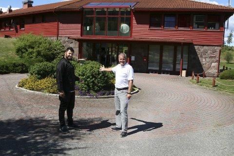 Abid Chowdhury åpner en filial av den indiske restauranten Taj Mahal på Storøya. Han ønskes hjertelig velkommen av Derek Crawford, daglig leder i golfklubben.