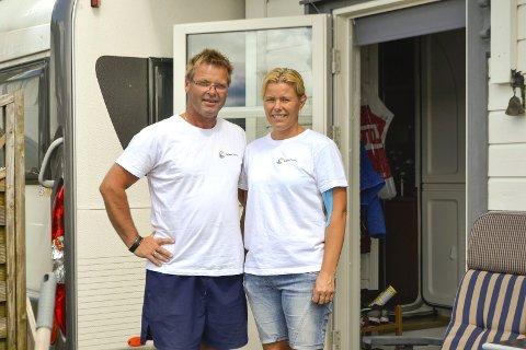 Lill Kristin Hagen og ektemannen Jan Morten Hagen driver Krøderen Camping ved hjelp av gjestene: – Er det dager vi ikke kan være her, så hjelper trår gjestene til, sier Jan.