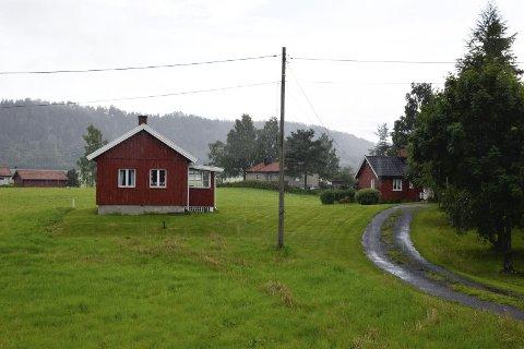 Her er det lille, røde huset i Selteveien som Høyre-lederen har oppført som adresse i Hole.