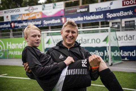 Bjørn Øivind Røraas er strålende fornøyd med matchvinner Petter Sørensen Lindeman.