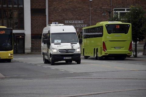 USIKKER: Flybussen kan igjen gå en usikker framtid i møte, hvis støtten fra fylkeskommunen forsvinner.