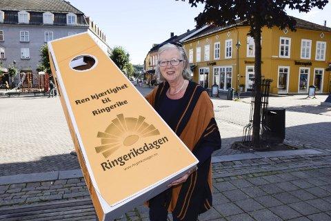 Elsa Lill P. Strande har brukt overskudd fra Ringeriksdagen til å få lagd denne gaven.