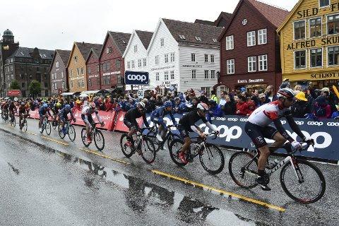 VANSKELIG SPURT: Det var glatt og vanskelig i finalen av første Tour des Fjords-etappe.
