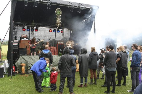 Revolving Marbles fra Kolbotn hadde æren av å starte lørdagens konsert. De var fornøyde med å spille på Engajam, og tilbød et funky og indie inspirert lydbilde, med effekter.