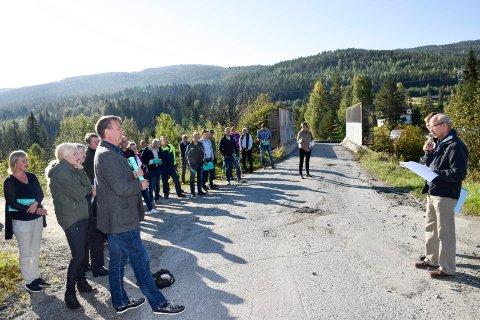 Jernbanebrua ved Gardhammar tåler ikke tømmertransport. Det har medført hogststopp i området. Skogeiere, entreprenører og transportører møtte ordføreren tirsdag.