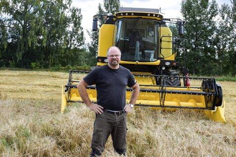Håkon Lindstad på Hverven gård har 1.000 mål med bygg, hvete og havre. Kornet lagrer han hjemme på gården.