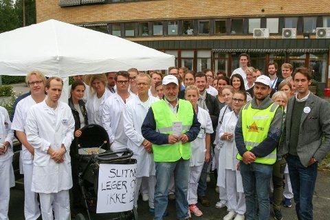 Streik på sykehuset: Det er bred støtte for streikende leger på Ringerike sykehus, og  de ansatte møtte opp for å høre appellen til tillistvalgte Johan Hjort (t.h) i lunsjen.