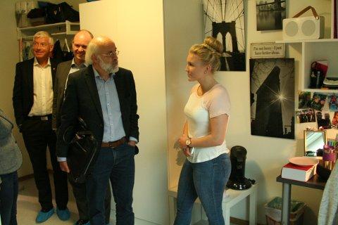 Rådmann Tore Isaksen, Stortingsrepresentant (FrP) Jørund H. Rytman og Rektor Petter Olsen får en omvisning på hybelen til Lena Warholm.