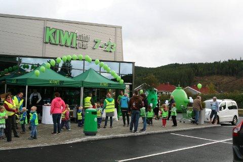 BONUS: KIWI på Hallingby og de andre butikkene i Norgesgruppen tilbyr Trumf-bonus til kundene. Her fra butikkens åpningsfest.
