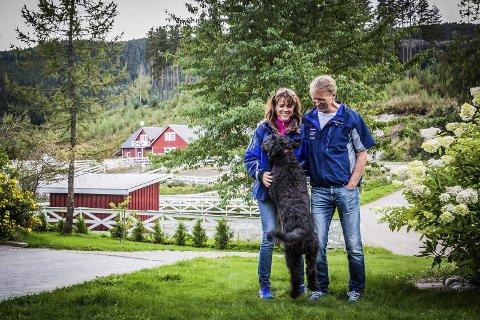 Line Bergsund og Trond Anderssen flyttet til Vestre Bergsund i 2001. Hunden Leah er entusiastisk til stede i de vakre omgivelsene. Foto: Eirik Stenhaug/Equus