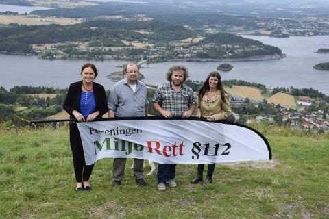 Eva Bekkelund-Eriksen (fra venstre), Torbjørn Endal, Jørn Hanssen og Ingeborg Bech vil ivareta holeværingenes miljørettigheter. Her er de på Kronprinsens utsikt med vei- og banetraseen i bakgrunnen.