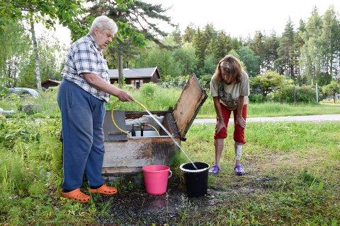 FOR MYE: Britt Grenager og Lasse Amundsen fra Oslo mener at Ringerike kommune har tatt seg for mye betalt for vannet fra vannpostene på Røsholmstranda. Nå kommer en rimeligere løsning.