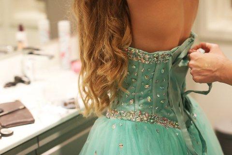 Ungdomssball betyr flotte kjoler, perfekt hår og sminke, og masse sommerfugler i magen.