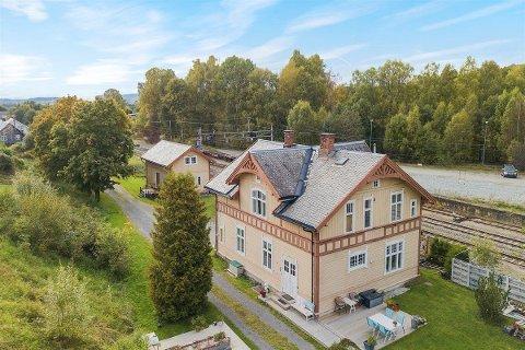 HAR FÅTT NYE EIERE: Hval stasjon er solgt for 3.275.000 kroner.