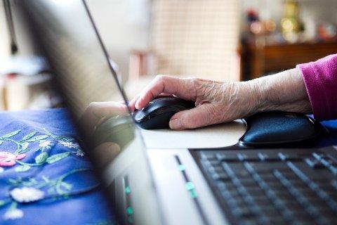 Eldre, de over 66, er den gruppen som øker mest i nettbankene. Eldre kvinne sitter ved datamaskin/bærbar pc. Internett Foto: Berit Roald / SCANPIX