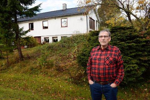 LANGT YRKESLIV: Leif Saltnes har bygd huset sitt selv og har jobbet i alle år. Likevel må han leve under fattigdomsgrensen.