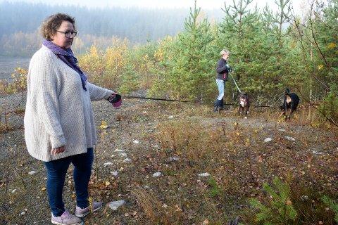 Linda Zetterdahl og Eva Jørgensen går mye tur med hundene sine på Nedre Kilemoen, og er redde for at hundene skal tråkke i glasskår.
