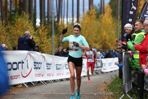 Her løper Karoline Bjerkeli Grøvdal i mål på 31.24 i Hytteplanmila. Det kan gi henne tittelen som månedens utøver i Europa i oktober.