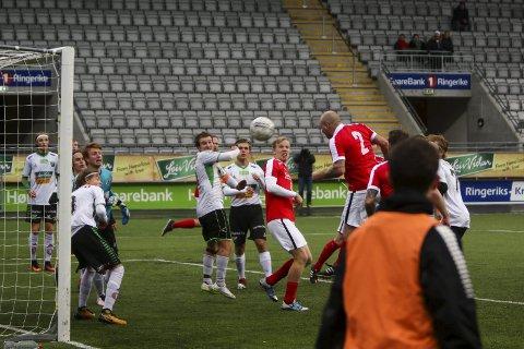 Viktig mål: Evig unge Allan Simonsen nikket inn 1–0 til Jevnaker etter 55 minutter.
