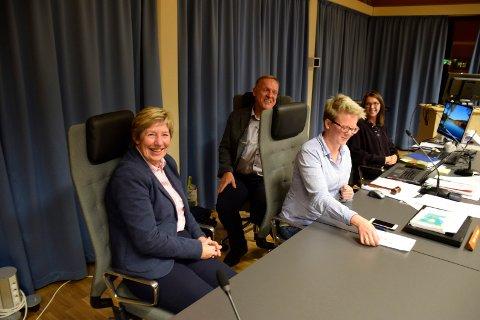 TAKKET FOR TILBUD: Rådmann i Jevnaker, May-Britt Nordli, takket for tilbudet fra ordfører Lars Magnussen (Ap), varaordfører Trine Lise Olimb og kommunestyret.  Sekretær Wenche Støa i bakgrunnen.