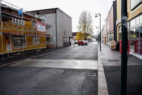 Nå er det ikke lenger gågate i Norderhovsgata og Kong Rings gate. Bilen på bildet kjører helt lovlig.