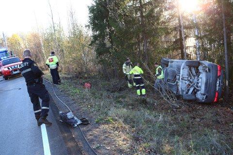 Bilen dro med seg en lyktestolpe på sin vei ut av veibanen.