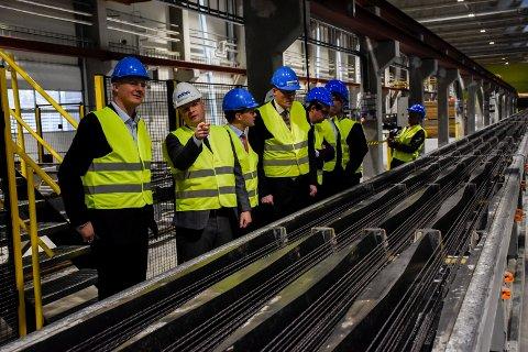 Ketil Solvik-Olsen fikk omvisning av Lars Petter Lund på den nye fabrikken til Spenncon Rail.