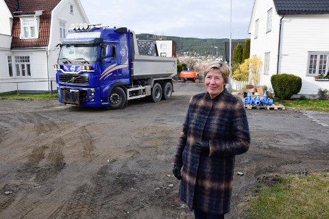 NESGATAS TUR: - Nå er det endelig Nesgatas tur, fastslår rådmann May-Britt Nordli. Gravearbeidene er i gang.