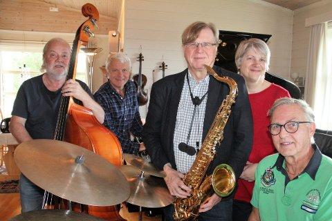 Lunsjtreff: - Vi møtes regelmessig for å dyrke det vi liker aller best. Så spiser vi litt, og så spiller vi litt til. Lørdag håper vi å kunne formidle nettopp det hyggelige, det nære og det sosiale. Vi har lengtet etter publikum, sier gruppens medlemmer, fra venstre: Tormod Aune (bass), Ingvar Ellingsen (piano), Kåre Løchsen (saksofoner), Benthe Lie Fjeldheim (vokal) og Pål Huseby Berntsen (trommer).