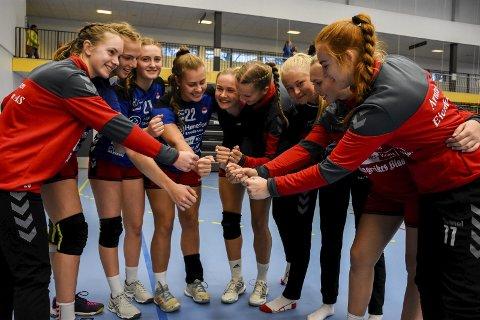 GLEDER SEG: Denne gjengen håndballjenter gleder seg til serieåpningen i den nasjonale ligaen for 18-åringer i Kleivhallen denne helgen.