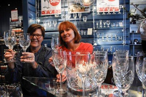 Kristin Gamme Helgaker og Marit Rustad kan fortelle om rekordstort salg av Finn-glass før jul.