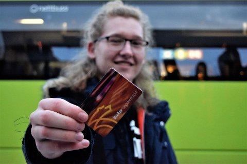 10 kroner mer for ungdom: Sivert Aarflot (17) bor på Nes i Ådal og er helt avhengig av å ha et busskort.