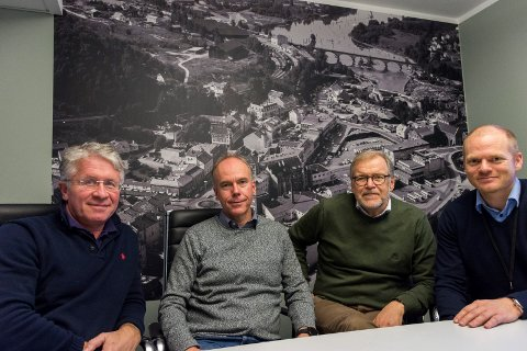 Dagfinn Aslaksrud, Steinar Aasnæss, Jan Erik Gjerdbakken og Bjørn Rune Rindal ser fram til lanseringen av Vekstbarometeret. De kan i hvert fall garantere at det har vært stor utvikling siden bildet i bakgrunnen ble tatt i 1968.