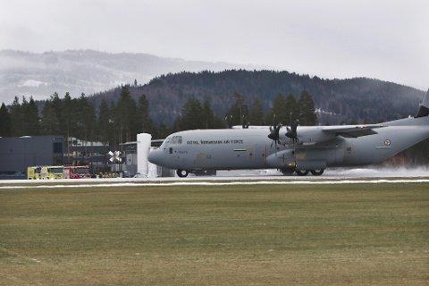 Lokale brannmannskaper og ambulansepersonell var i beredskap ved rullebanen da Luftforsvaret trente med dette Herculesflyet mandag.