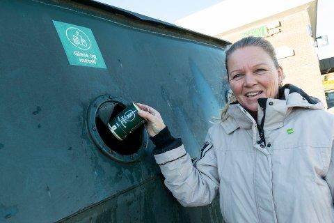BRA FOR MILJØET: Neste år får alle husstander i regionen egen søppeldunk til glass og metall. - Et kjempesteg i riktig retning for å få flere til å kildesortere, mener Meta Tanem på Jevnaker.