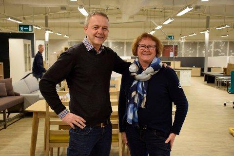Daglig leder Lars Stubberud og selger Tone Ramton i Møbelringen har snart tomme lokaler.