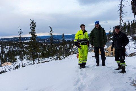 Anders Strande, Paal-Anders Strande og Ole Ringerud ved et av hyttefeltene som vokser fram på Vikerfjell.