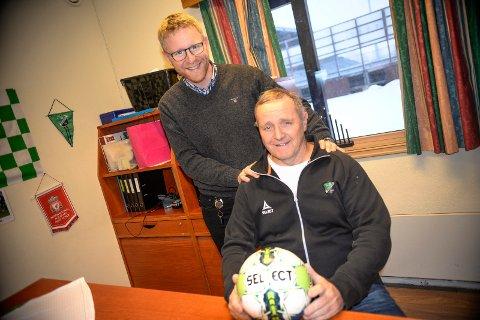 Fører ballen videre: Redaktør i Ringerikes Blad, Bjørn Harald Blaker, gir skolecupballen videre til Åge Amundsen og Hønefoss ballklubb.