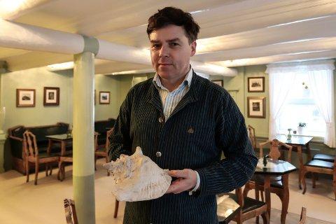 Gave: Thomas Klevjer fikk en konkylie i gave fra Erik Nordrum som fant den under en presenning i et skjul.