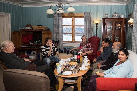 Koseli: Koselig hjemme hos Astrid og Gunnar Johansen på Ask. Atle Grønsund er også på besøk.