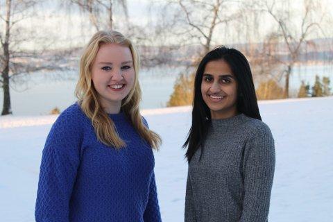 Mia (16) og Neha (18) er to av mange som har delt ut gaver på Hvalsmoen transittmottak.