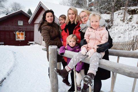 BEDRE: - Det er bedre for barna å være i en mellomstor barnehage som Sundvollen, mener foreldreleder Wenche Rognås (fra høyre), Stine Pettersen og Maria Holtane-Berge med barn.