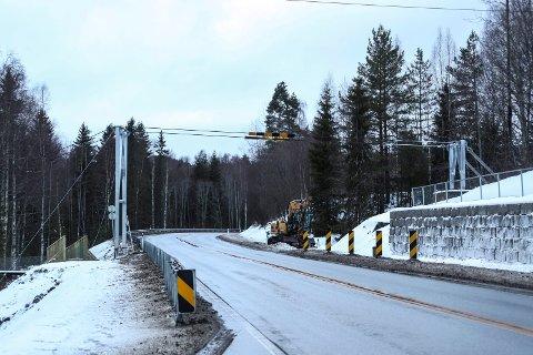 Borglund hengebro: Arbeidet på Riksvei 7-siden er ferdig med nye stolper.