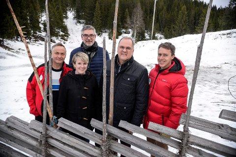 Pangstart: Kunstsnøprosjektet på Ringkollen har fått en pangstart med utrolige 4,5 millioner fra Sparebankstiftelsen Ringerike. Her ser vi Rolf Storbråten (løypebas Skiforeningen), Christine Mathiesen (prosjektgruppa), Tor Eid (styreleder Sparebankstiftelsen Ringerike), Runar Krokvik (Sparebankstiftelsen Ringerike) og Erik Eide (generalsekretær i Skiforeningen).