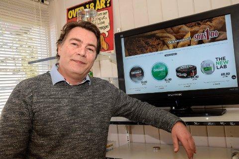 Selger snus på nettet: Thomas Røseth Hansen i Åsa landhandleri