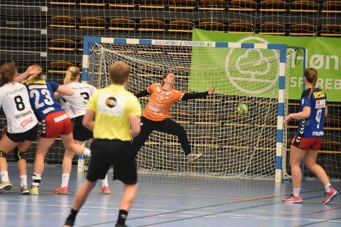 Hanne Hørte spilte en kjempekamp i debuten for HSK. Det ble likevel et bittert poengtap i sluttsekundene for HSK mot Elverum.