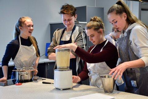 Gøy på nytt skolekjøkken: Lita Kleoptra Flaskerud Lillegård (f.v.), Anton Nesset, Sarah Nyhus og Julie Johnsen Krangnes.